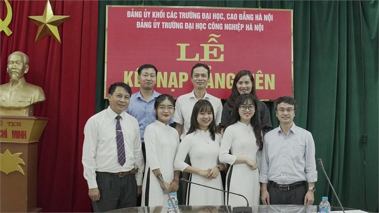 Chi bộ Khoa Quản lý kinh doanh kết nạp Đảng cho 3 sinh viên ưu tú